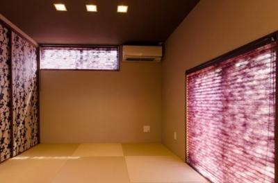 プリーツスクリーンと襖が印象的な和室 (『西条の家』中庭のある家)