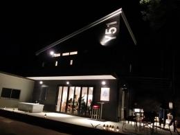 『安芸津の家』島のリゾートハウス (外観-夜のライトアップ)