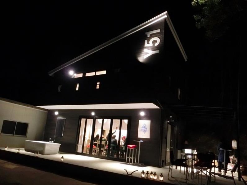 『安芸津の家』島のリゾートハウスの部屋 外観-夜のライトアップ