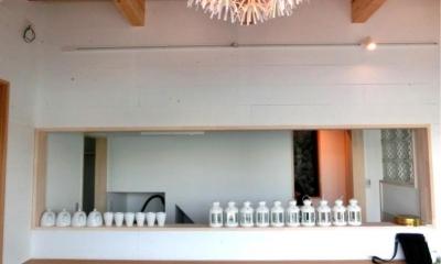 『安芸津の家』島のリゾートハウス (白い板張りの内装)