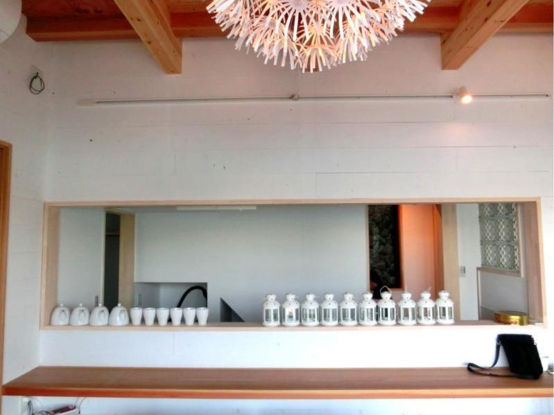 『安芸津の家』島のリゾートハウスの部屋 白い板張りの内装