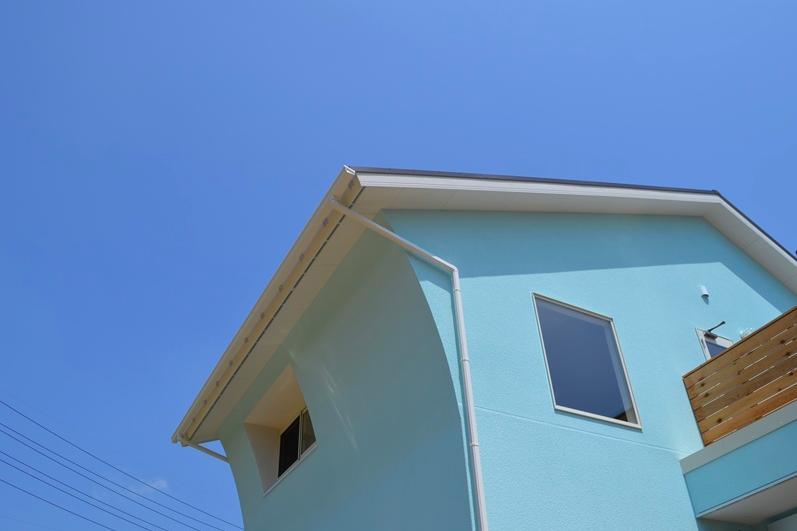 『八本松の家』落ち着きと開放感を併せもつ家 (外観-Rに沿った外壁)