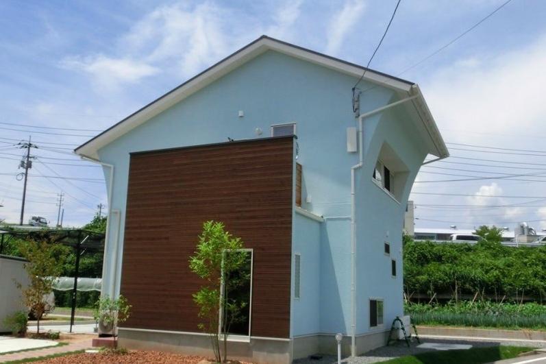 『八本松の家』落ち着きと開放感を併せもつ家の写真 ムーミンカラーの外観
