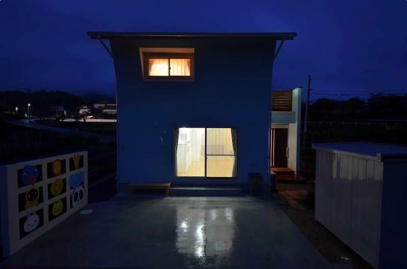 『八本松の家』落ち着きと開放感を併せもつ家の写真 優しい灯りが家族を迎える家