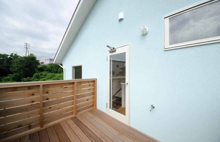 『八本松の家』落ち着きと開放感を併せもつ家の写真 2階ウッドデッキ