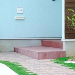 『八本松の家』落ち着きと開放感を併せもつ家 (煉瓦の小道が可愛いアプローチ)