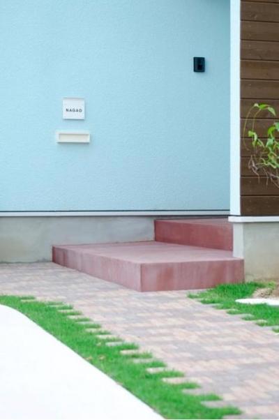 煉瓦の小道が可愛いアプローチ (『八本松の家』落ち着きと開放感を併せもつ家)