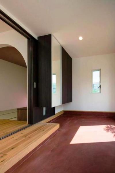リビングの一部になる玄関 (『八本松の家』落ち着きと開放感を併せもつ家)