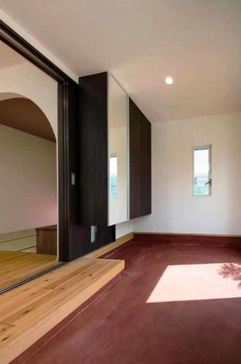 『八本松の家』落ち着きと開放感を併せもつ家の写真 リビングの一部になる玄関