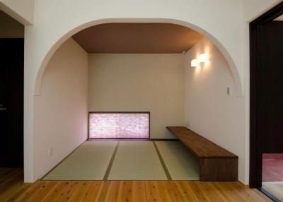 リビングの一角に畳コーナー (『八本松の家』落ち着きと開放感を併せもつ家)