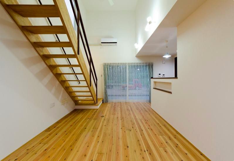 『八本松の家』落ち着きと開放感を併せもつ家の写真 無垢杉フローリングのリビング