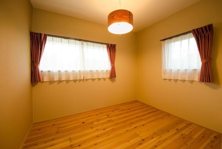 『八本松の家』落ち着きと開放感を併せもつ家 (落ち着いた色味のベッドルーム)