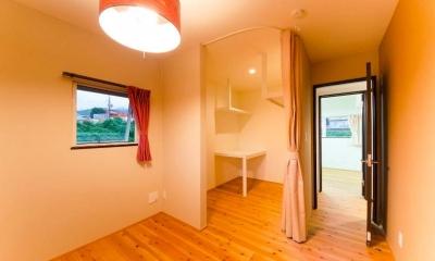 カーテンで仕切るウォークインクローゼット|『八本松の家』落ち着きと開放感を併せもつ家