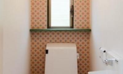 『志和堀の家』スキップフロアのある家 (赤がポイントの可愛いトイレ空間)