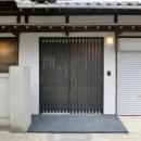 背の高いサッシの玄関