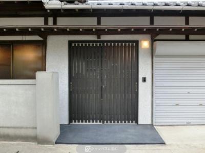 背の高いサッシの玄関 (『江田島の家』築70年古民家のリノベーション)
