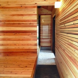 『江田島の家』築70年古民家のリノベーション (家の奥まで入れる通り土間)