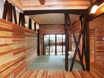 光を取り込む畳コーナー・坪庭 (『江田島の家』築70年古民家のリノベーション)