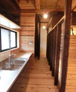 『江田島の家』築70年古民家のリノベーション (回遊性のあるキッチン)
