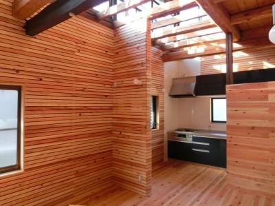 『江田島の家』築70年古民家のリノベーション (リビングよりキッチンを見る)