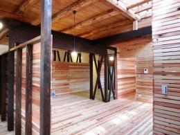 『江田島の家』築70年古民家のリノベーション (キッチンよりリビングを見る)