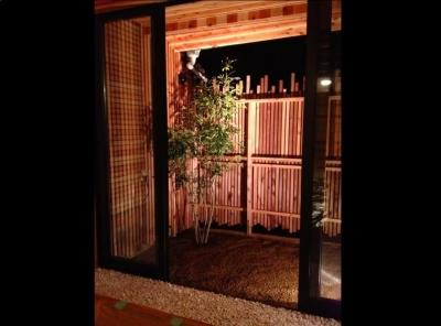 ライトアップされた坪庭 (『江田島の家』築70年古民家のリノベーション)