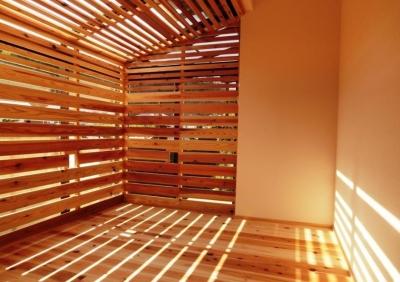 木製ルーバーのサンルーム (『江田島の家』築70年古民家のリノベーション)