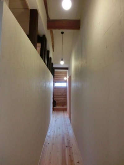 リビングと緩やかにつながる廊下 (『江田島の家』築70年古民家のリノベーション)