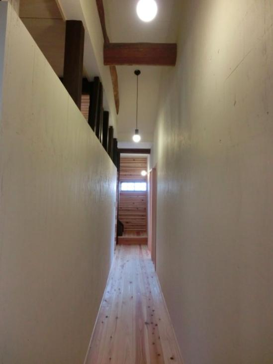 『江田島の家』築70年古民家のリノベーション (リビングと緩やかにつながる廊下)