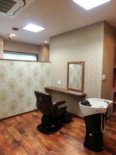 半個室の落ち着いた空間 (『ヘアガーデンナナ』開業20年目の美容室リニューアル工事)