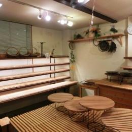 『あすなろベイキングカンパニー』陳列棚のデザイン製作 (入り口脇の5段の陳列棚)