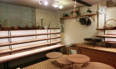 入り口脇の5段の陳列棚|『あすなろベイキングカンパニー』陳列棚のデザイン製作
