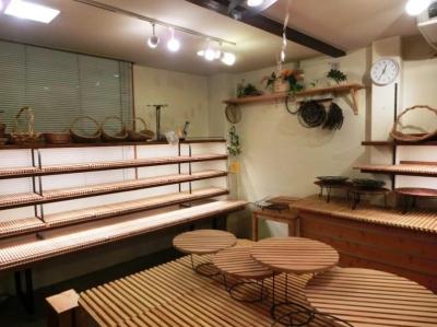 入り口脇の5段の陳列棚 (『あすなろベイキングカンパニー』陳列棚のデザイン製作)