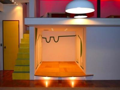 宙に浮いたような個室 (『CAFE&BAR COLR』厨房を拡張、カウンター席を個室に)
