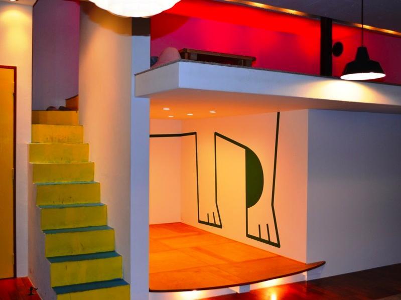 『CAFE&BAR COLR』厨房を拡張、カウンター席を個室にの写真 イラストの描かれた個室