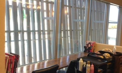 『HAIR & MAKE TRUTH』美容室のリニューアル&移設 (外を眺められる待機スペース)