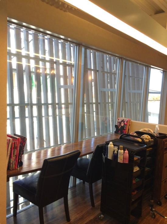 『HAIR & MAKE TRUTH』美容室のリニューアル&移設の部屋 外を眺められる待機スペース