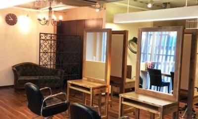 『HAIR & MAKE TRUTH』美容室のリニューアル&移設 (待合スペースにはアンティークソファ)