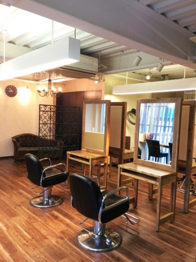 待合スペースにはアンティークソファ (『HAIR & MAKE TRUTH』美容室のリニューアル&移設)