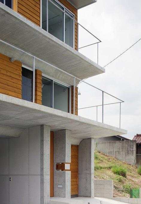 斜面に埋め込まれた家の部屋 鉄筋コンクリート造+木造の家外観