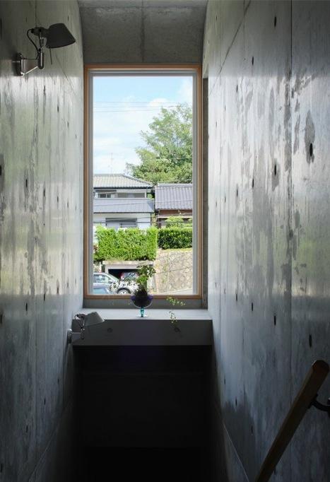斜面に埋め込まれた家の部屋 階段室にはピクチャーウィンドウ