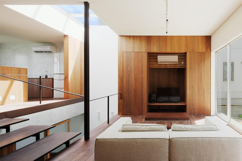 斜面に埋め込まれた家の部屋 明るく快適なリビング
