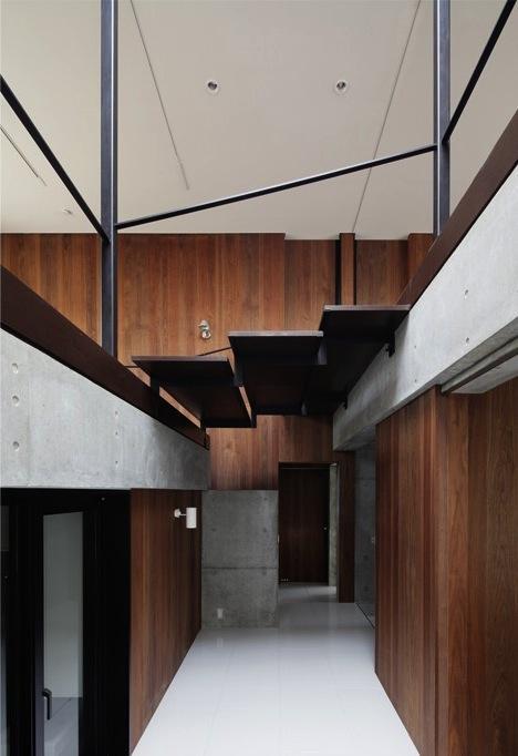 斜面に埋め込まれた家の部屋 吹き抜けに面する大きな階段