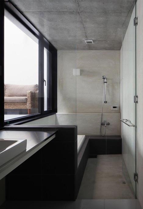 斜面に埋め込まれた家の部屋 インナーテラスに面する浴室