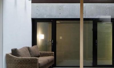 寝室・インナーテラス|斜面に埋め込まれた家