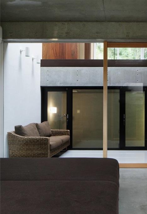 斜面に埋め込まれた家の部屋 寝室・インナーテラス