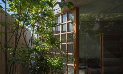 器屋のある住まい (空間に広がりを与える庭)