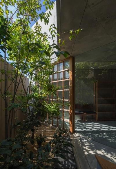 空間に広がりを与える庭 (器屋のある住まい)