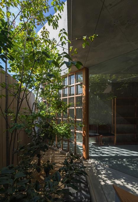 器屋のある住まいの部屋 空間に広がりを与える庭