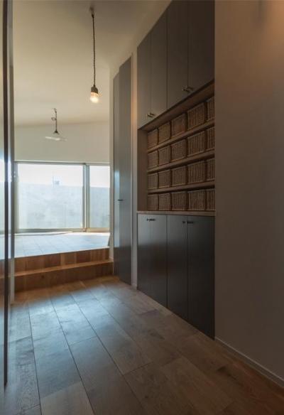 機能的な収納スペース (器屋のある住まい)